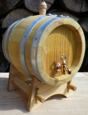 Akátový soudek na alkohol o objemu 2 l